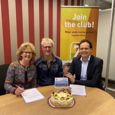 Ton en Carla Beerepoot tekenen koopcontract Zevenhuis