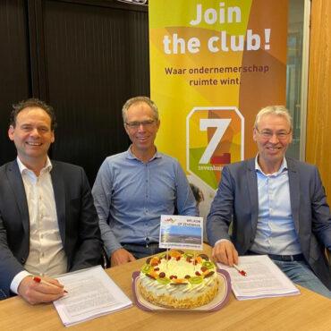 Paul van Bemmel en Edwin Bakker tekenen koopcontract Zevenhuis